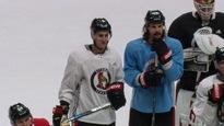 Erik Karlsson debout sur la glace à côté de Kyle Turris