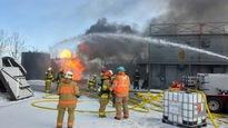Des pompiers participent à une simulation de déversement de liquide inflammable, à Lévis