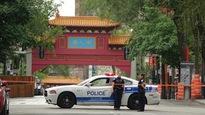 Une voiture du SPVM se tient non loin d'un endroit où un homme blessé a été trouvé, près du Quartier chinois à Montréal.