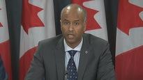 Le ministre de l'Immigration du Canada, Ahmed Hussen, en point de presse dimanche.