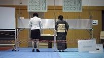 Des électrices votent à Tokyo, l'une habillée de façon moderne et l'autre de façon traditionnelle.