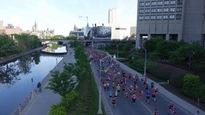 Des dizaines de coureurs visibles du haut d'un pont