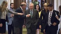 Le leader de la majorité républicaine au Sénat, Mitch McConnell, quitte la Chambre après avoir déposé le projet de loi destiné à révoquer la réforme de l'assurance-santé de Barack Obama, jeudi le 22 juin 2017.