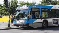 Des passagers montent à bord d'un autobus de la STM, à Montréal.