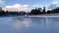 Un surfaceuse effectue les derniers préparatifs sur la patinoire du canal Rideau.