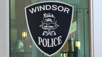 Le blason noir et blanc de la police de Windsor affiché sur une vitre du quartier général