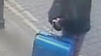 La police britannique a diffusé une photographie de Salman Abedi montrant l'auteur de l'attentat suicide du 22 mai une valise bleue à la main.