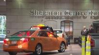 Des chauffeurs de taxi paient des pots-de-vin aux portiers d'hôtels