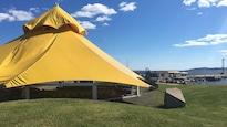 La tente jaune accueillera plus de 40 artistes cet été.