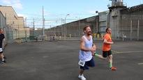Cendrix Bouchard (en orange, à droite) court avec des détenus à l'Oregon State Penitentiary.