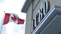 L'enseigne de la LCBO près d'un drapeau canadien qui flotte.