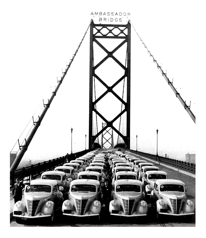 Des voitures neuves alignés sur un pont