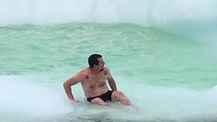 Un baigneur téméraire monte sur un iceberg à Terre-Neuve