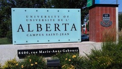 Une pancarte à l'entrée du campus Saint-Jean.