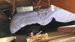 Des voitures de collection écrasées sous une grange dans Lotbinière