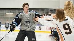 Un joueur de la NWHL retarde son changement de sexe pour continuer à jouer au hockey