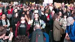 Une styliste de Saskatoon se fait remarquer dans une manifestation à Londres