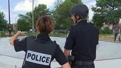 Un policier patrouille en skateboard à Longueuil