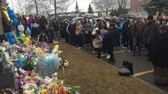 Bébé retrouvé mort à Edmonton : des centaines de personnes se rassemblent