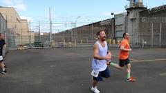 Une course chez les prisonniers