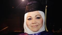 La femme lors d'une cérémonie de graduation avec un mortier sur la tête.