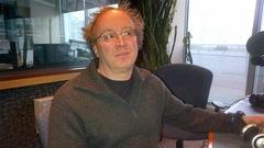 Kevin Bell assis dans le studio