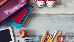 Articles scolaires: règles, cahier, crayons.