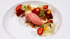 Crémeux chocolat blanc, fraises, rhubarbe, crumble et sorbet à la fraise
