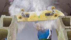 Planche à roulettes cassée et ballon gonflé