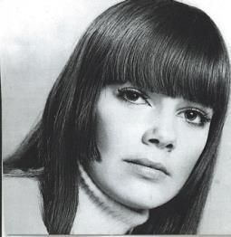 Portrait de la chanteuse Nada.