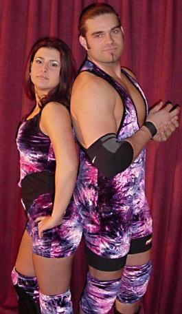 Stéphanie «Misty Haven» Leduc et Michael «Von Payton» Leduc avec leurs tenues de lutteur, à l'époque où ils faisaient de la compétition ensemble.
