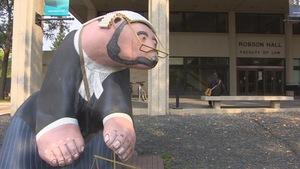 La faculté de droit Robson Hall à Winnipeg et la sculpture surnommée « The Bearrister ».