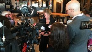 La ministre du Patrimoine canadien, Mélanie Joly, répond aux questions de journalistes en impromptu de presse après une rencontre avec l'Union des artistes (UDA) à Montréal mardi le 3 octobre 2017