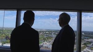 Deux avocats regardent Winnipeg du haut d'une tour de bureaux