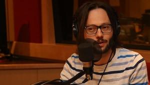 Hugo Larochelle dans le studio de l'émission La sphère.