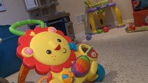 jouets pour enfants, un jouet en forme de lion en premier plan.