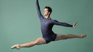 Un danseur de ballet au milieu d'un saut.