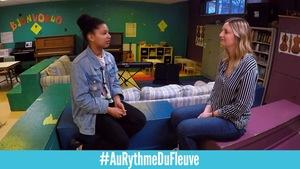 Deux jeunes femmes se parlent face-à-face. Elles se trouvent dans un local de musique.