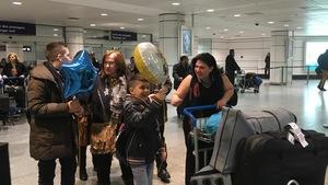 Elada Bchara accueille sa soeur et ses neveux à l'aéroport de Montréal.