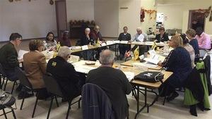 Des membres de l'Assemblée communautaire fransaskoise discutent.