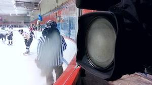 Comme les arénas du Nunavik ne sont pas chauffés, il n'est pas rare qu'un match se dispute avec un mercure de -30°C. Des conditions plus difficiles pour le matériel électronique que pour les Inuits.