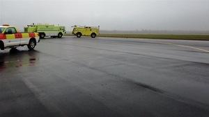 Des véhicules de service sur une piste de l'aéroport