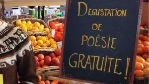 La jeune poète de Québec Stéphanie Lapointe offrant en 2014 une dégustation de poésie (lecture de courts poèmes inspirés par la consommation) dans un supermarché lors du Printemps des poètes.