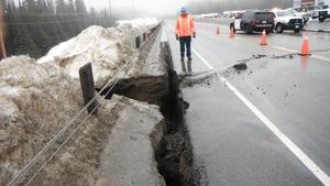 Une fissure de la route 17 au nord de Wawa.