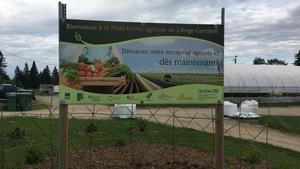Une affiche signalant le site de la Plateforme agricole de L'Ange-Gardien.