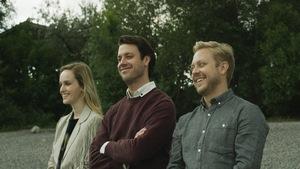 Sarah-Anne Parent, Mickaël Gouin et Guillaume Lambert, côte à côte et regardant au loin tout en souriant, dans la websérie « L'âge adulte ».