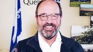 Alain Poirier pose dans son bureau.