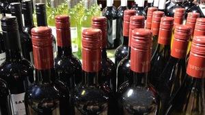 Des bouteilles de vins dans un magasin d'alcool.