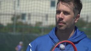 Alexandre Barrette avec une raquette sur un terrain de tennis et en entrevue avec Radio-Canada.