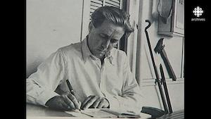 Alexandre Soljenitsyne écrivant à son bureau